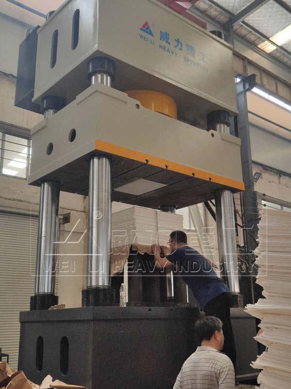 1000吨四柱液压机压制现场图